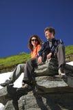 Ευτυχείς άνδρας και γυναίκα στα βουνά Στοκ Εικόνες
