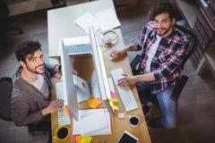 Ευτυχείς άνδρες συνάδελφοι που εργάζονται στο γραφείο υπολογιστών Στοκ εικόνες με δικαίωμα ελεύθερης χρήσης