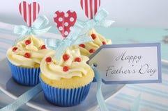 Ευτυχείς άσπρος και το μπλε ημέρας πατέρων ανοιχτοί και χαρωποί κόκκινοι διακόσμησε cupcakes - κινηματογράφηση σε πρώτο πλάνο Στοκ Εικόνες
