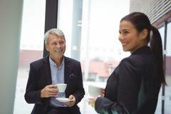 Ευτυχείς άτομο και επιχειρηματίας επιχειρηματιών που έχουν τον καφέ Στοκ φωτογραφίες με δικαίωμα ελεύθερης χρήσης