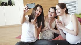 Ευτυχείς έγκυοι γυναίκες με την αθλητική ουσία που παίρνει selfie από το smartphone στη γυμναστική απόθεμα βίντεο