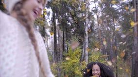 Ευτυχείς έφηβοι που κάνουν τη βροχή των φύλλων με την ομπρέλα απόθεμα βίντεο