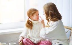 Ευτυχείς αγαπώντας οικογενειακή μητέρα και κόρη παιδιών που αγκαλιάζει από το παράθυρο στοκ εικόνες με δικαίωμα ελεύθερης χρήσης