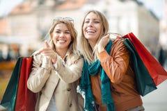 ευτυχείς αγορές φίλων στοκ εικόνα με δικαίωμα ελεύθερης χρήσης