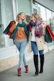 ευτυχείς αγορές φίλων Στοκ φωτογραφίες με δικαίωμα ελεύθερης χρήσης