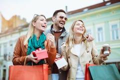 ευτυχείς αγορές φίλων στοκ φωτογραφία με δικαίωμα ελεύθερης χρήσης
