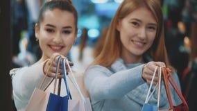 ευτυχείς αγορές φίλων απόθεμα βίντεο