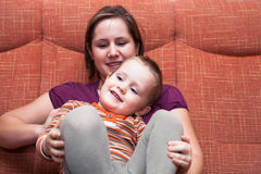 Ευτυχείς αγόρι και μητέρα παιδιών Στοκ φωτογραφία με δικαίωμα ελεύθερης χρήσης