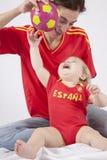 Ευτυχείς ανεμιστήρες ποδοσφαίρου μωρών και μητέρων ισπανικοί Στοκ Εικόνες