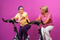 Ευτυχείς ανώτερες κυρίες στη γυμναστική στοκ φωτογραφία