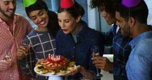 Ευτυχείς ανώτεροι υπάλληλοι που γιορτάζουν τα γενέθλια συναδέλφων τους φιλμ μικρού μήκους