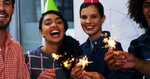Ευτυχείς ανώτεροι υπάλληλοι που γιορτάζουν τα γενέθλια συναδέλφων τους απόθεμα βίντεο