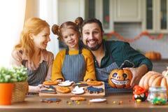 Ευτυχείς αποκριές! οικογενειακοί μητέρα, πατέρας και κόρη που παίρνουν διαβασμένοι στοκ εικόνες με δικαίωμα ελεύθερης χρήσης