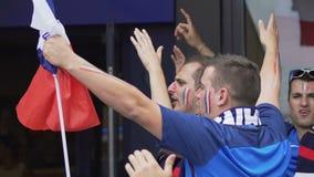 Ευτυχείς αρσενικοί και θηλυκοί υποστηρικτές που αυξάνουν τα χέρια, ενθαρρυντική εθνική ομάδα ποδοσφαίρου φιλμ μικρού μήκους