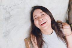 Ευτυχείς αστείοι χρόνοι πορτρέτου γυναικών γέλιου ασιατικοί ταϊλανδικοί Στοκ Φωτογραφία