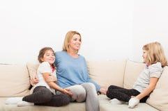 Ευτυχείς αδελφές και νέα ξανθή μητέρα Στοκ φωτογραφία με δικαίωμα ελεύθερης χρήσης