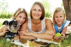 Ευτυχείς αδελφές που στηρίζονται το καλοκαίρι στο πάρκο Στοκ εικόνα με δικαίωμα ελεύθερης χρήσης