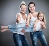 ευτυχείς αδελφές Στοκ Φωτογραφίες