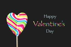 ευτυχείς βαλεντίνοι ημέρας καρτών Καρδιά που διαμορφώνεται lollipop απομονωμένος στο μαύρο υπόβαθρο στοκ εικόνα με δικαίωμα ελεύθερης χρήσης