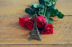 ευτυχείς βαλεντίνοι ημέ&rho αγάπη Παρίσι Στοκ φωτογραφία με δικαίωμα ελεύθερης χρήσης
