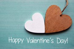 ευτυχείς βαλεντίνοι ημέρ Δύο διακοσμητικές ξύλινες καρδιές σε ένα μπλε ξύλινο υπόβαθρο στοκ εικόνες