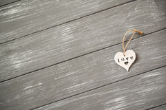 ευτυχείς βαλεντίνοι ημέ&rho Διακοσμητική άσπρη ξύλινη καρδιά γκρίζο σε αγροτικό Έννοια βαλεντίνων ` s στοκ φωτογραφία