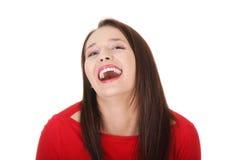 ευτυχείς γελώντας κόκκινες φορώντας νεολαίες γυναικών μπλουζών Στοκ φωτογραφία με δικαίωμα ελεύθερης χρήσης