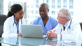 Ευτυχείς γιατροί που μιλούν ο ένας στον άλλο απόθεμα βίντεο