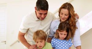 Ευτυχείς γονείς και παιδιά που σύρουν μαζί την εξέταση τη κάμερα απόθεμα βίντεο