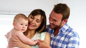Ευτυχείς γονείς που φαίνονται το μωρό τους απόθεμα βίντεο
