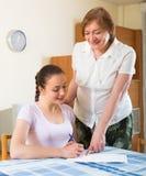 Ευτυχείς γυναίκες με τα έγγραφα στο σπίτι Στοκ Εικόνα
