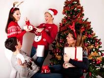 Ευτυχείς γυναίκες με τα κιβώτια δώρων και το χριστουγεννιάτικο δέντρο Στοκ Φωτογραφία