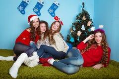 Ευτυχείς γυναίκες που έχουν τη διασκέδαση υπαίθρια στη Παραμονή Πρωτοχρονιάς Στοκ Φωτογραφίες