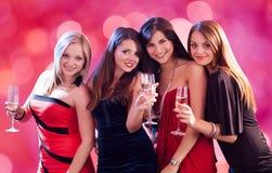Ευτυχείς γυναίκες που απολαμβάνουν στο νυχτερινό κέντρο διασκέδασης στοκ εικόνα