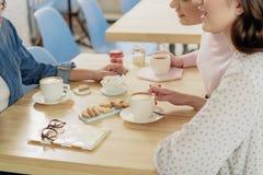 Ευτυχείς γυναίκες που μιλούν στην καφετέρια Στοκ εικόνα με δικαίωμα ελεύθερης χρήσης