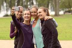 Ευτυχείς γυναίκες που παίρνουν Selfie μετά από την υπαίθρια άσκηση στοκ εικόνα με δικαίωμα ελεύθερης χρήσης