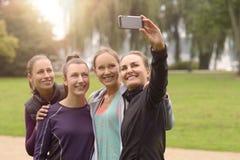 Ευτυχείς γυναίκες που παίρνουν Selfie μετά από την υπαίθρια άσκηση στοκ φωτογραφία