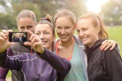 Ευτυχείς γυναίκες που παίρνουν Selfie μετά από την υπαίθρια άσκηση στοκ φωτογραφία με δικαίωμα ελεύθερης χρήσης