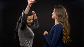 Ευτυχείς γυναίκες που χορεύουν στο κόμμα ή το disco φιλμ μικρού μήκους