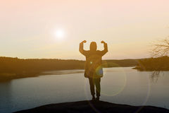 Ευτυχείς γυναίκες σκιαγραφιών στο ηλιοβασίλεμα Στοκ εικόνες με δικαίωμα ελεύθερης χρήσης