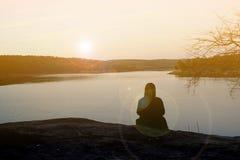 Ευτυχείς γυναίκες σκιαγραφιών στο ηλιοβασίλεμα Στοκ Εικόνες