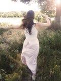Ευτυχείς γυναίκες στον τομέα στην ηλιοφάνεια Στοκ Εικόνες