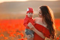 Ευτυχείς διακοπές οικογενειακού καλοκαιριού Μητέρα με το γιο στις παπαρούνες enjoyin Στοκ φωτογραφίες με δικαίωμα ελεύθερης χρήσης