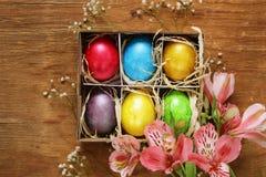 Ευτυχείς διακοπές Πάσχας! Διακοσμητικά ζωηρόχρωμα αυγά Στοκ εικόνα με δικαίωμα ελεύθερης χρήσης