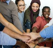 Ευτυχείς διαφορετικοί άνθρωποι που ενώνονται από κοινού Στοκ φωτογραφία με δικαίωμα ελεύθερης χρήσης