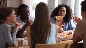Ευτυχείς διαφορετικοί φίλοι που τρώνε το γεύμα γευμάτων μεριδίου καφέ κατανάλωσης πιτσών απόθεμα βίντεο