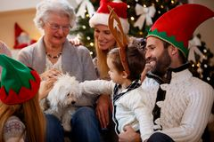 Ευτυχείς εγγόνι και παππούδες και γιαγιάδες που γιορτάζουν τα Χριστούγεννα Στοκ φωτογραφία με δικαίωμα ελεύθερης χρήσης