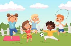 Ευτυχείς ενεργοί χαρακτήρες παιδιών Θερινή υπαίθρια δραστηριότητα - διανυσματικό υπόβαθρο παιδικής ηλικίας ελεύθερη απεικόνιση δικαιώματος