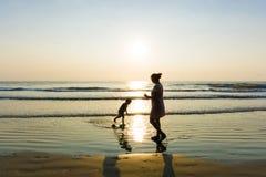 Ευτυχείς ενιαίες οικογενειακές σκιαγραφίες mom στην παραλία Στοκ εικόνες με δικαίωμα ελεύθερης χρήσης