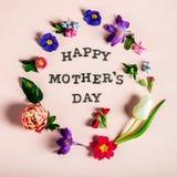 Ευτυχείς επιστολές ημέρας μητέρων με τα διαφορετικά λουλούδια άνοιξη γύρω από τους στοκ φωτογραφίες